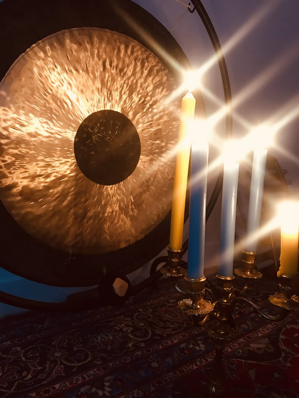 Comment les instruments et les bougies sont utilisées dans l'Art de Vivre de l'Être Unifié ?