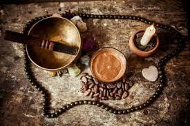 Quels outils de la cérémonie du cacao sacrée utiliser ? Le Bol Tibétain, le collier Mâlâ, la bougie et la cardamome