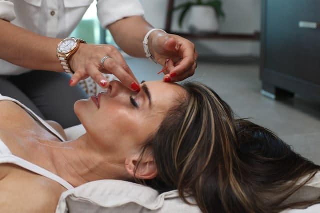 Le massage et les séances de touchers peuvent-ils aider à l'équilibre des chakras ?