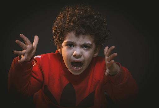 Comment un thérapeute holistique peut résoudre les crises et poussée de colères d'un enfant ?